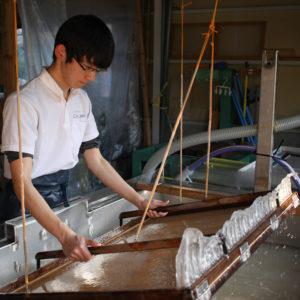 手漉き和紙職人の有澤悠河さん